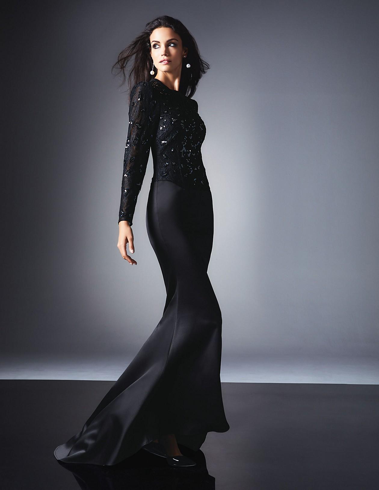 Langes Abendkleid mit Schleppe und glanzvollem Oberteil, schwarz